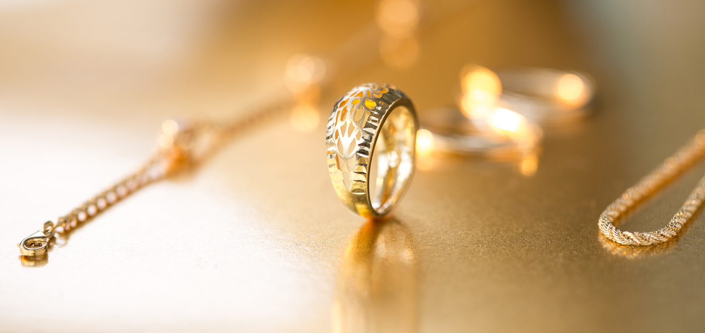 Gold rings: trends and classics 59